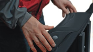 Das Bild zeigt die optional erhältlichen Taster, mit denen der Fahrer das Kommissioniergerät V10 auch in der Arbeitsposition vor- und zurück bewegen kann.