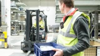 Person auf dem Firmengelände mit einer Portable Unit am Körper.