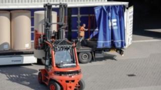 Ein Flurförderzeug von Linde entlädt einen LKW.