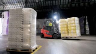 Linde Gabelstapler transportiert in dunkler Halle mit Licht