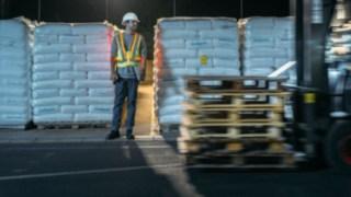 Lagerarebiter und Stapler kreuzen sich und der Lagerarebeiter ist mit der Interaktiven Warnweste von Linde Material Handling gut sichtbar