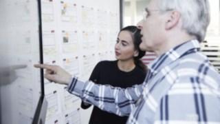 Linde Mitarbeiter erklärt junger Frau etwas am Board