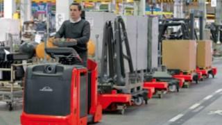 Fahrer auf Linde Logistikzüge in einer Halle
