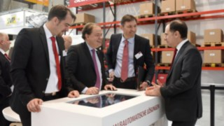 Freuen sich auf weitere zehn Jahre erfolgreiche Zusammenarbeit: Tobias Zierhut, Head of Product Management Warehouse Trucks Linde MH, Fabien Bardinet, CEO Balyo, Andreas Krinninger, President Linde MH EMEA und Massimiliano Sammartano, Vice President Customer Services Linde MH.