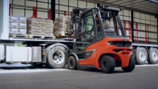 Der neue Dieselstapler H20 beim Entladen eines LKWs