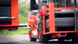 Der Batterietrog jeder Linde Li-ION-Batterie wird im Crash-Test mit der Gabel eines 12 Tonnen schweren Staplers angefahren
